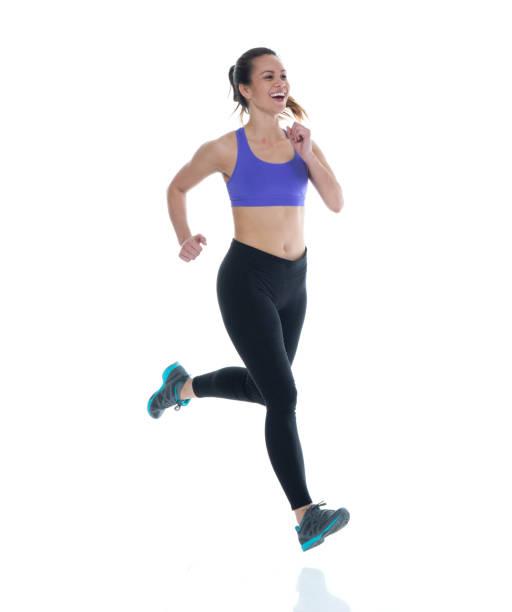 Schöne Hündin in Sportkleidung läuft – Foto