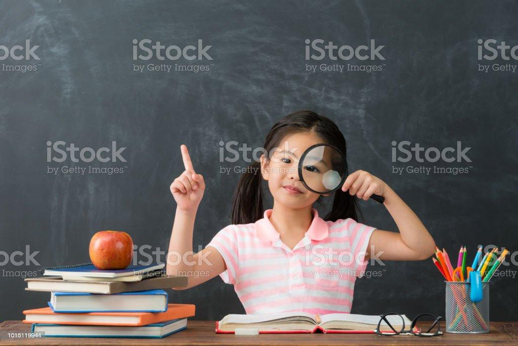 Lupa de apresentando estudante linda criança feminino - foto de acervo