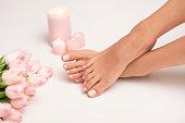 治療後のスパで美しい女性の足と手。