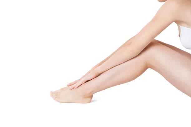 schöne weibliche beine isoliert auf weißem hintergrund, hautpflege und wachsen - schlanke waden stock-fotos und bilder