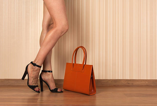 schöne weibliche beine, schuhe und tasche - kinderhandtaschen stock-fotos und bilder