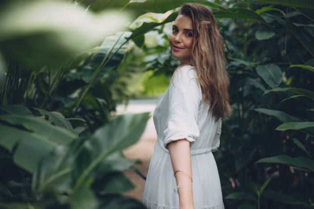 sera içinde güzel kadın modeli - beyaz elbise stok fotoğraflar ve resimler