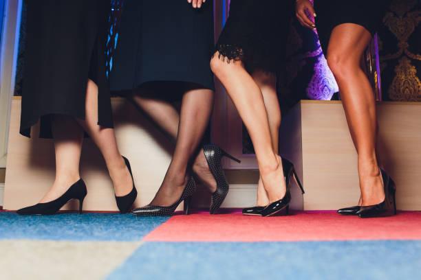 schöne weibliche schlanke füße der gruppe von mädchen, bitte sehen sie einige meiner anderen teile eines körpers bilder. - bein make up stock-fotos und bilder