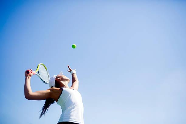 hermosa mujer jugador de tenis sirve - tenis fotografías e imágenes de stock