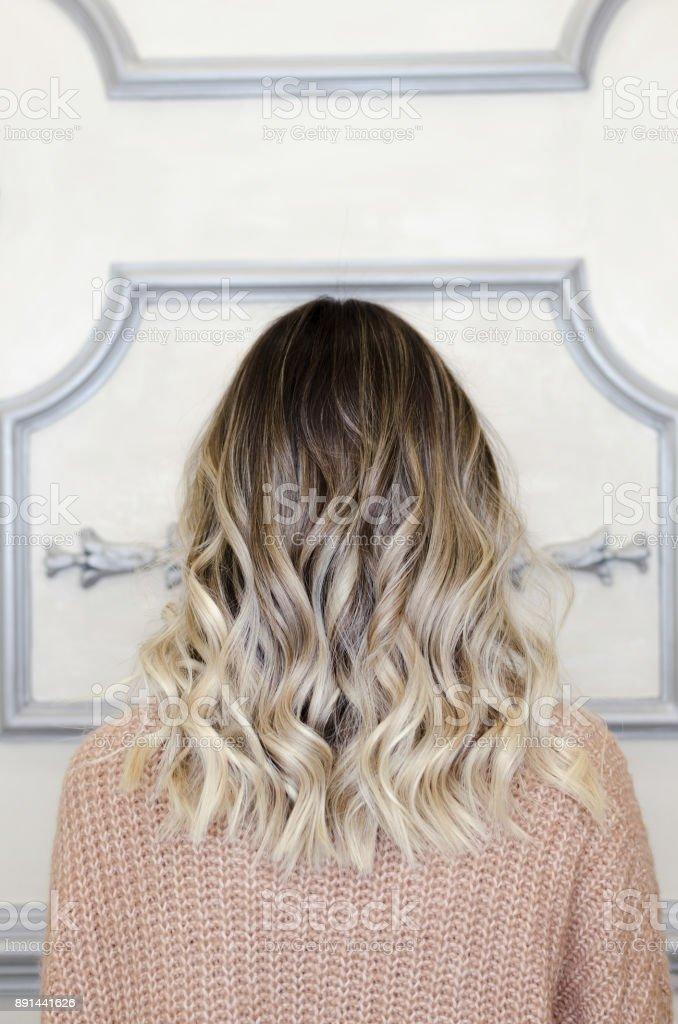 Linda fêmea com balayage penteado vista traseira foto royalty-free