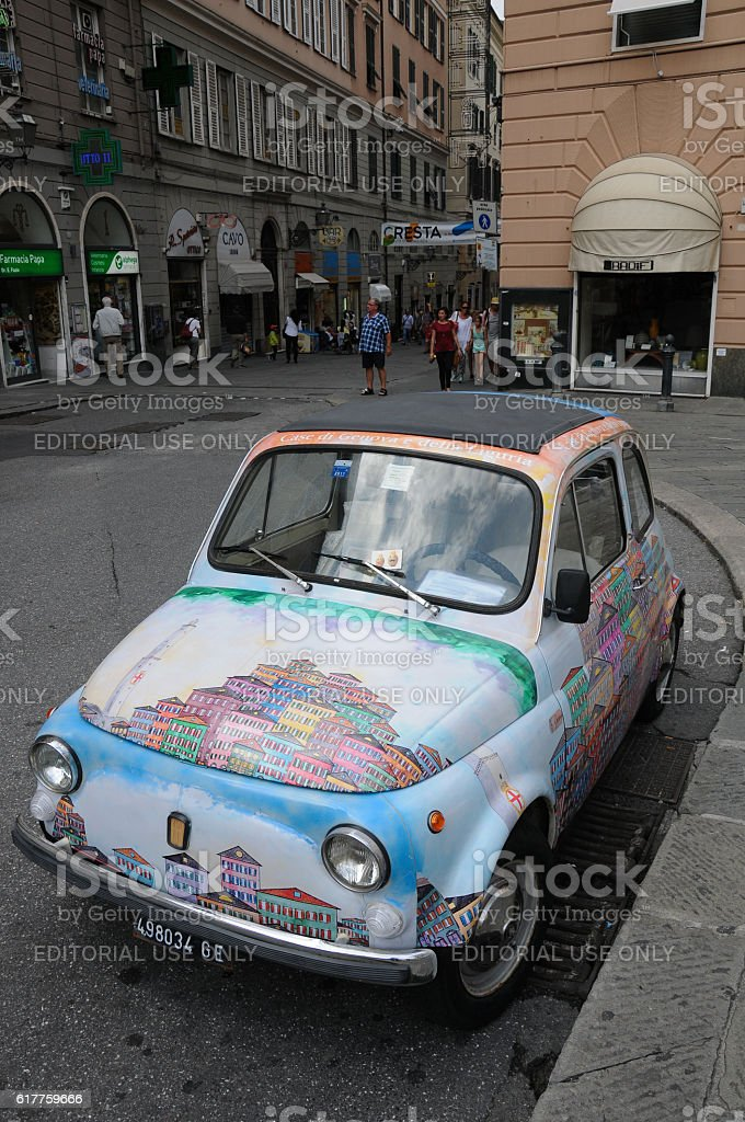 beautiful fiat 500 in the city of Genoa - foto stock