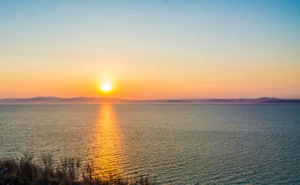 feurigen Sonnenuntergang über dem Meer – Foto