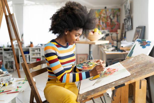 beautiful fine art painter drawing in studio - malarstwo zdjęcia i obrazy z banku zdjęć