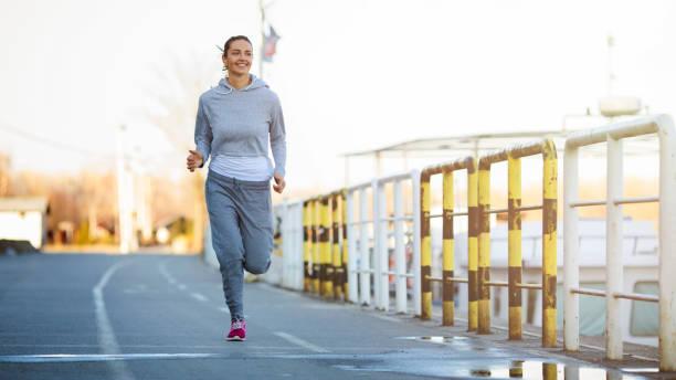 schöne fitness-mädchen im freien - sweatpants stock-fotos und bilder