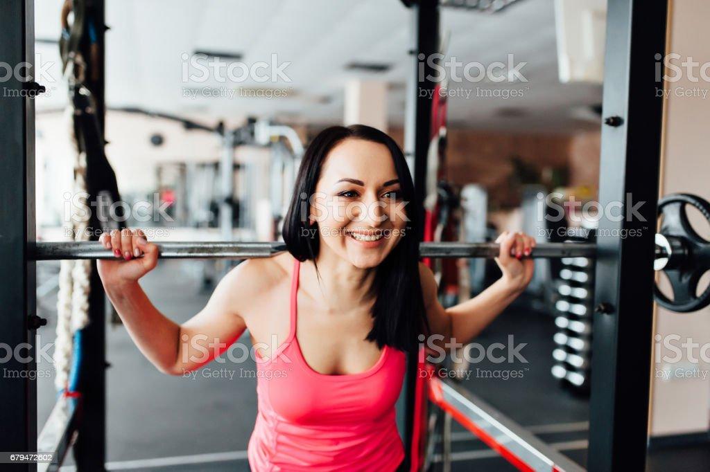 美麗健身女人舉杠鈴。 免版稅 stock photo
