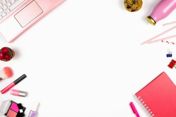 schöne flatlay mit einem laptop, notebook, kosmetika und anderes zubehör. c - make up torte stock-fotos und bilder