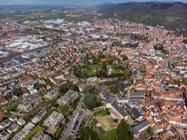 Schöner Flug über die Festung und Park im Zentrum von Weinheim. Deutschland. – Foto
