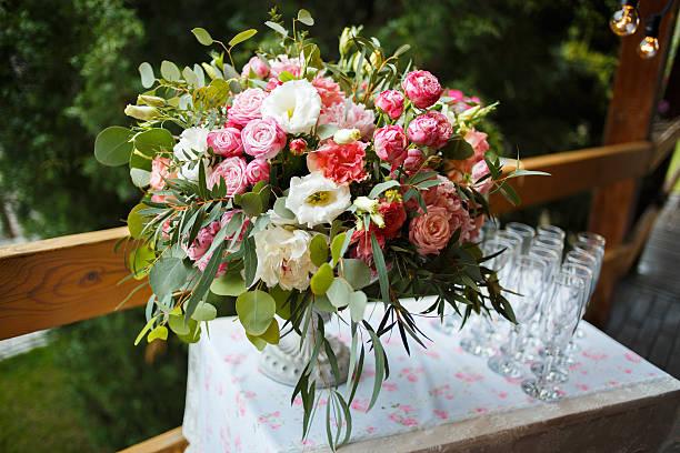 wunderschöne blumenarrangements aus weißem und rosa pfingstrosen, rosen - blumenarrangement stock-fotos und bilder