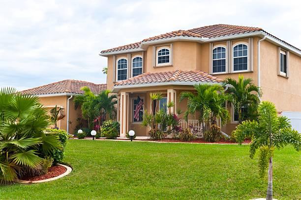 wunderschönen florida strand haus - palmengarten stock-fotos und bilder