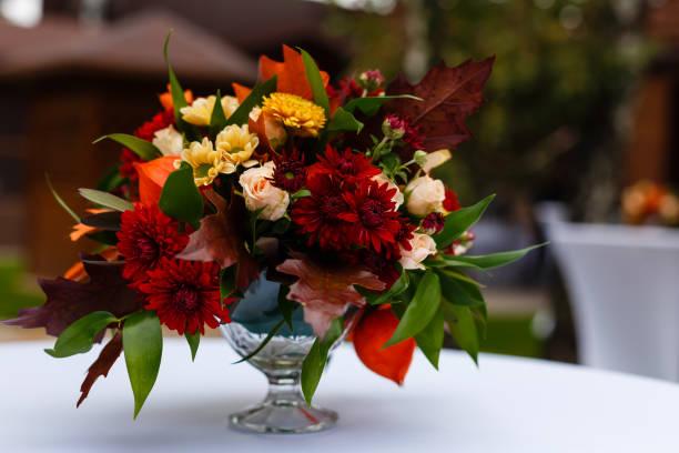 prachtige bloemstukken voor de winter, lente, zomer en herfst met gekleurde achtergronden van rode, paarse en winterse wit - bloemstuk stockfoto's en -beelden