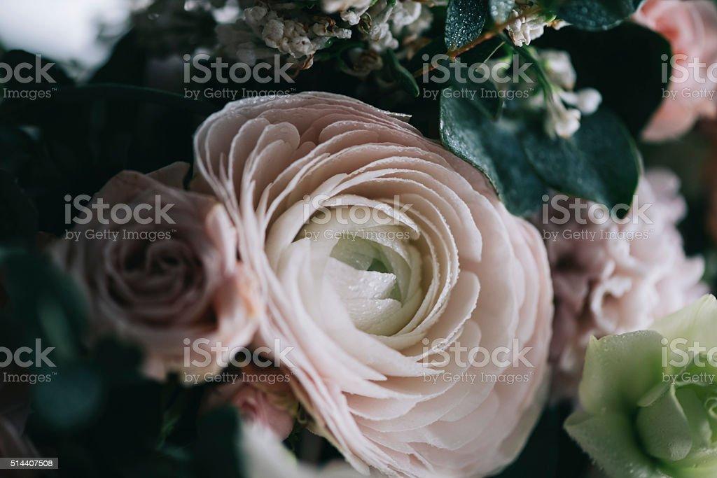 Beau bouquet de fleurs :  roses, de l'eucalyptus, Renoncule d'Asie - Photo