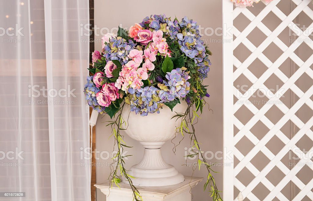 Beautiful flowers and vase in interior photo libre de droits