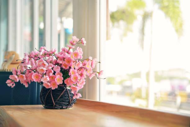 schöne blumen in vase mit licht von fenster - fensterdeko herbst stock-fotos und bilder