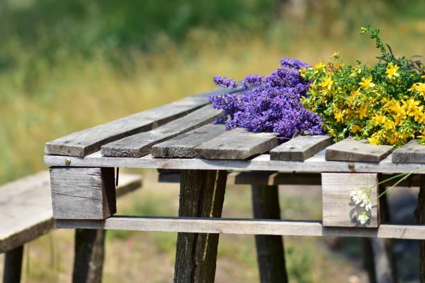 Schöne Blumen auf einem Holztisch – Foto