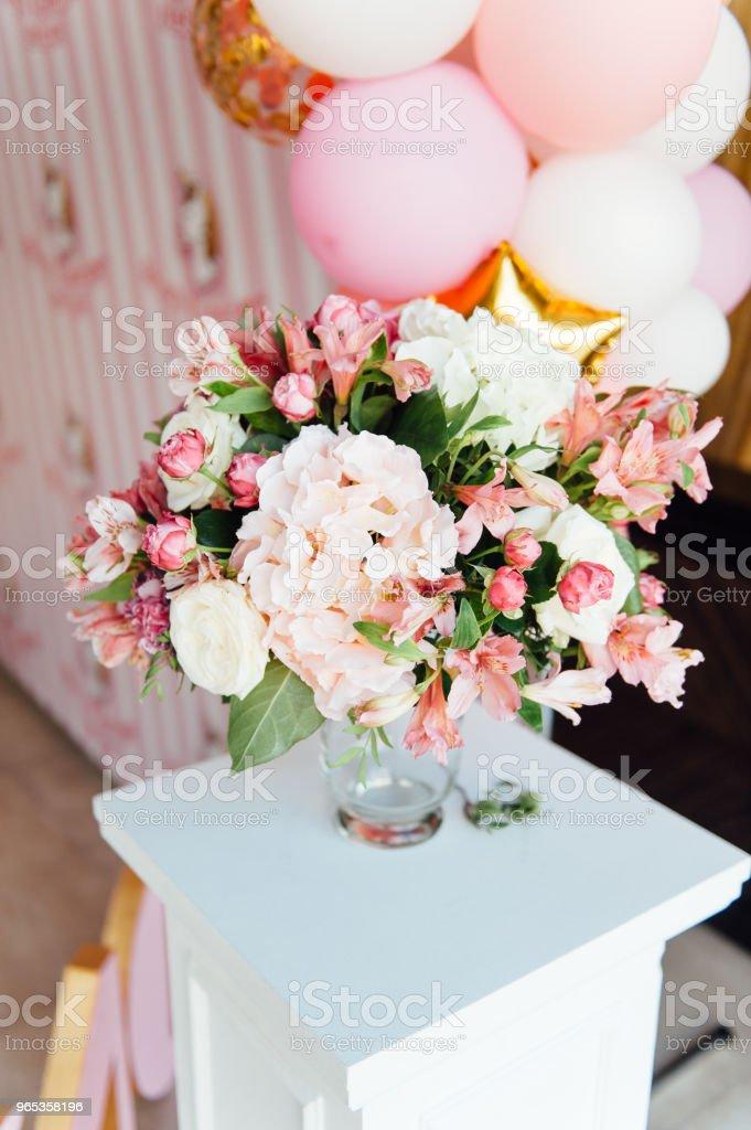 schöne Blumen auf Tisch in Hochzeitstag - Lizenzfrei Arrangieren Stock-Foto