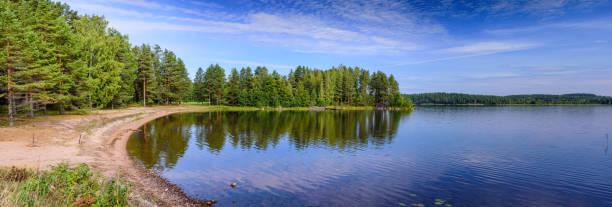 schöner Waldsee in Finnland – Foto