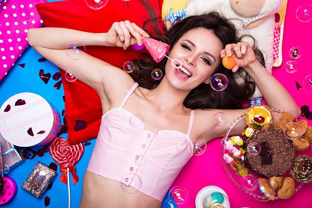 schöne frische girl-puppe mit seife bubbles liegend hellen - make up torte stock-fotos und bilder