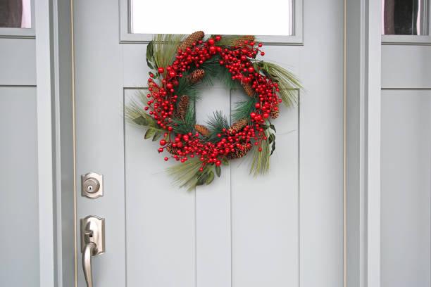 schöne haustür roter weihnachtsmann dicht - deko hauseingang weihnachten stock-fotos und bilder