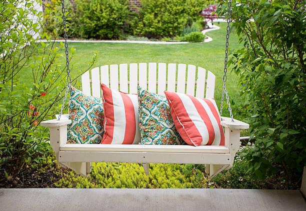 beautiful front porch swing - schommelen bungelen stockfoto's en -beelden