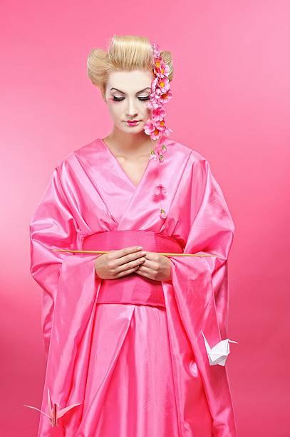 schöne geisha mit einem origami-bird - b767 stock-fotos und bilder