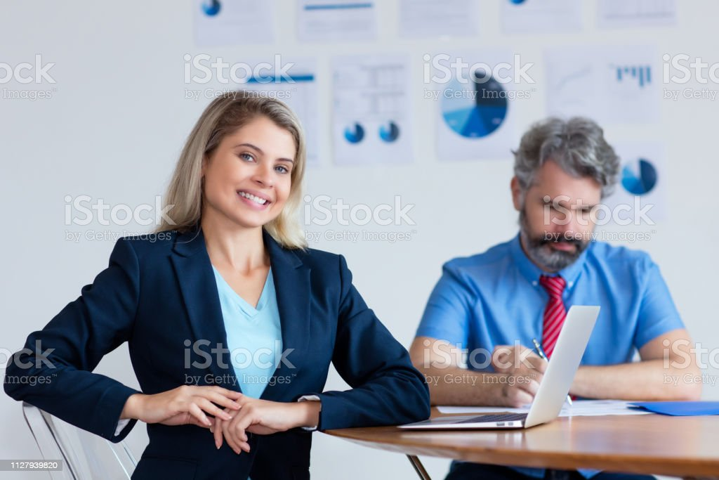 Hermosa empresaria alemana con pelo rubio y ordenador - foto de stock