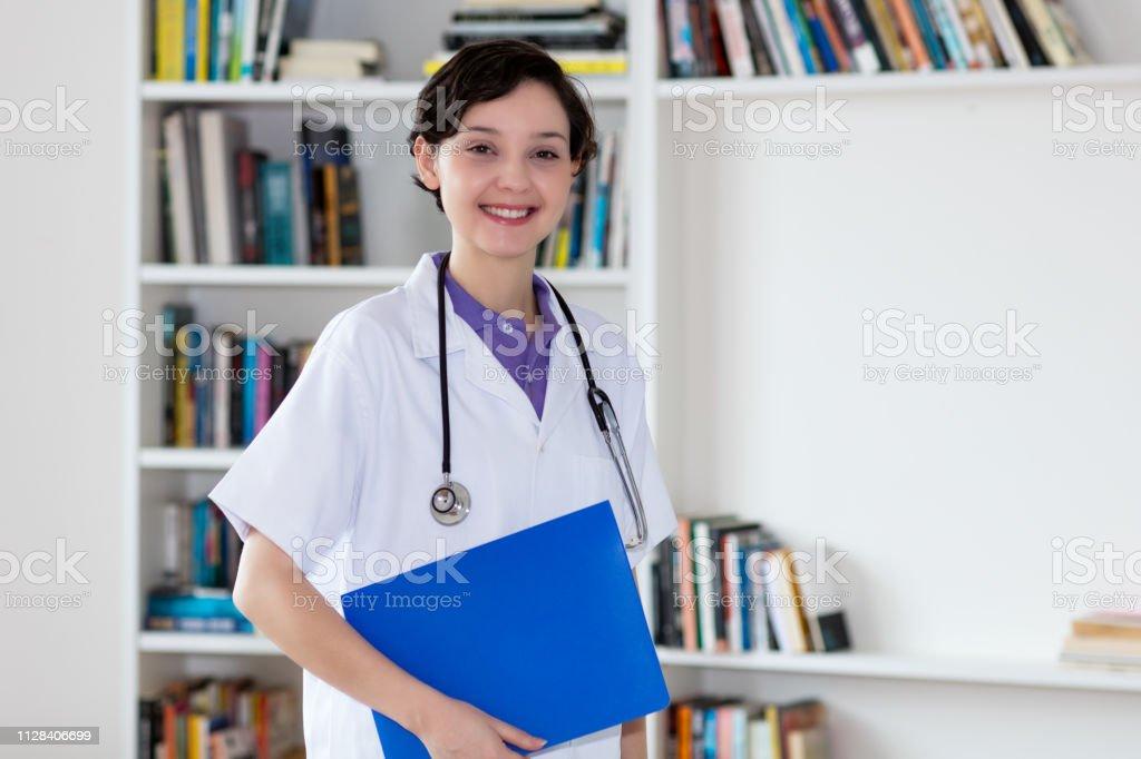 Hermosa enfermera alemana con archivo de paciente - foto de stock