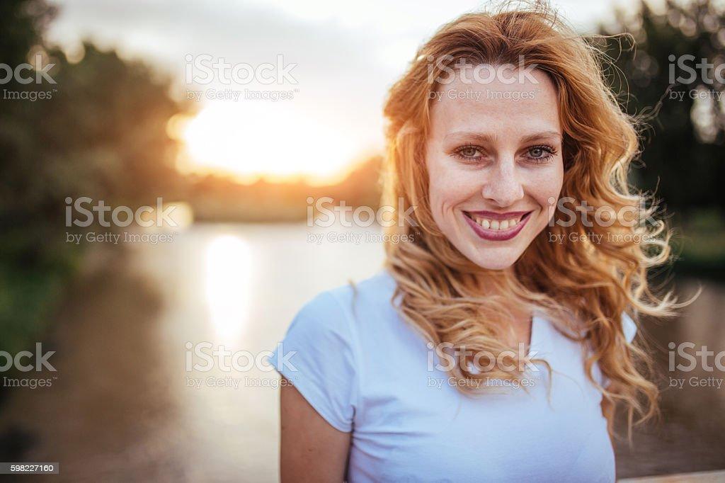 Bela garota ao Rio foto royalty-free
