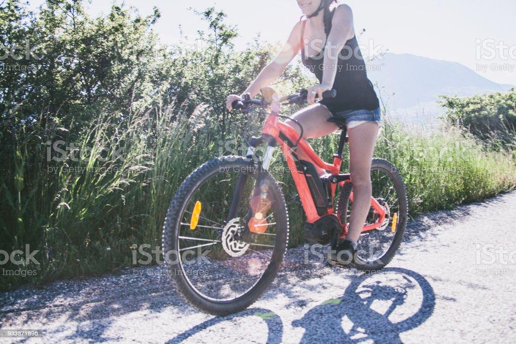 Bella Ragazza In Bicicletta In Montagna Italiana Stock Photo