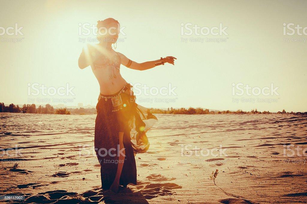 Schöne Mädchen Tanzen ethnischen Tanz in der Wüste  – Foto