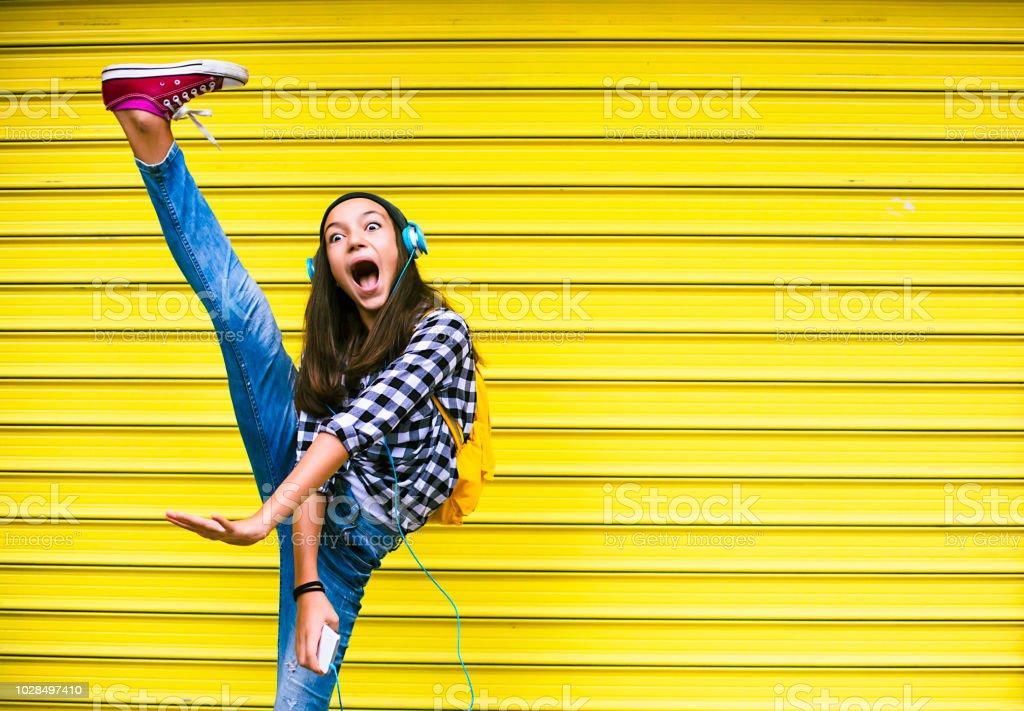 Menina bonita, dançando ao som da música - foto de acervo