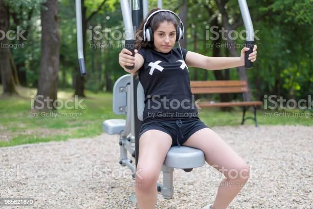 Een Mooi Meisje Doen Oefeningen Buiten En Luisteren Naar Muziek Stockfoto en meer beelden van Actieve levenswijze