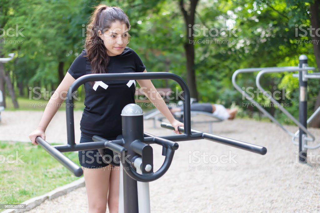 Een mooi meisje doen oefeningen buiten. - Royalty-free Activiteit - Bewegen Stockfoto