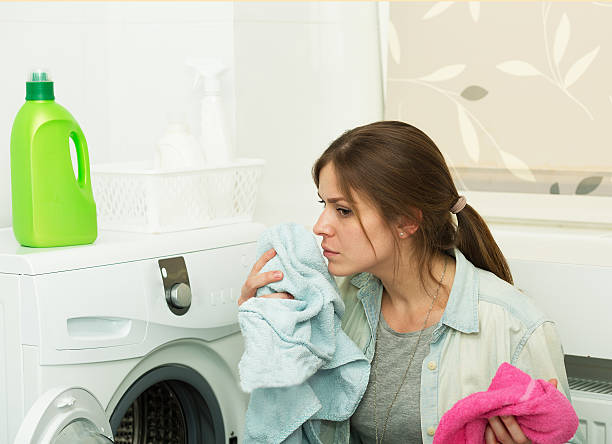 bella ragazza facendo lavanderia - annusare foto e immagini stock