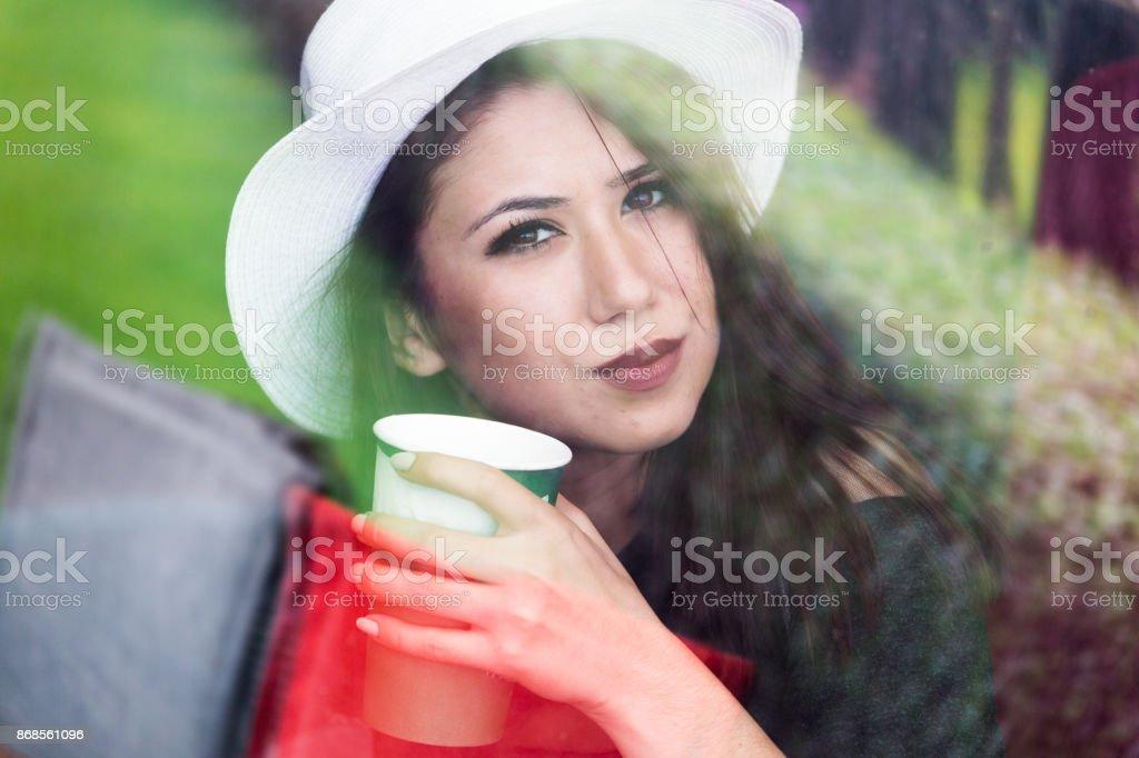 Schönes Mädchen trinken Kaffee im Café Lizenzfreies stock-foto