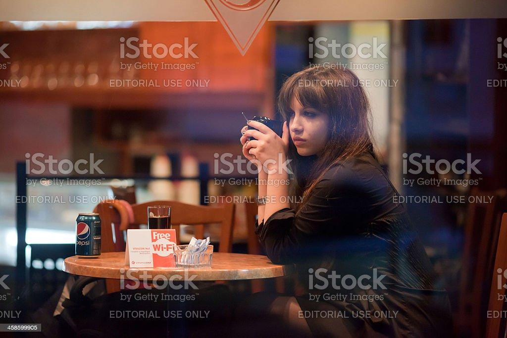 Schönes Mädchen trinkt Kaffee – Foto