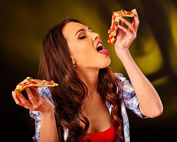 Schönes Mädchen isst Stück pizza – Foto