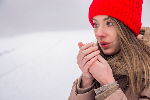 Beautiful Girl Freezing In Winter Park Girl Warms Her Hands - ウィンターコートのストックフォトや画像を多数ご用意