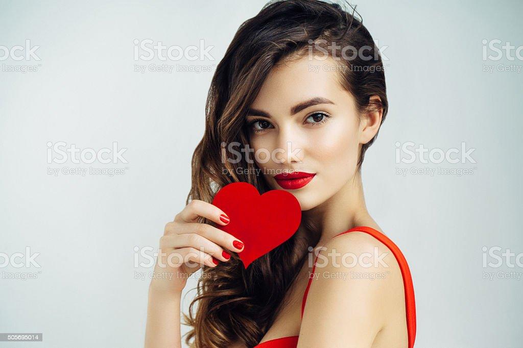 Schönes Mädchen holding Künstliches Herz – Foto