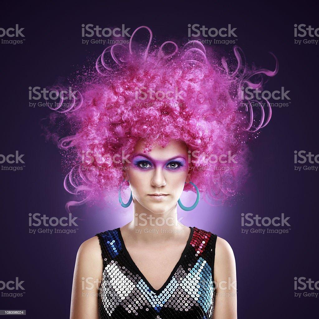 Schöne Mädchen in einem fancy-Kleid und lustigen Rosa Perücke – Foto