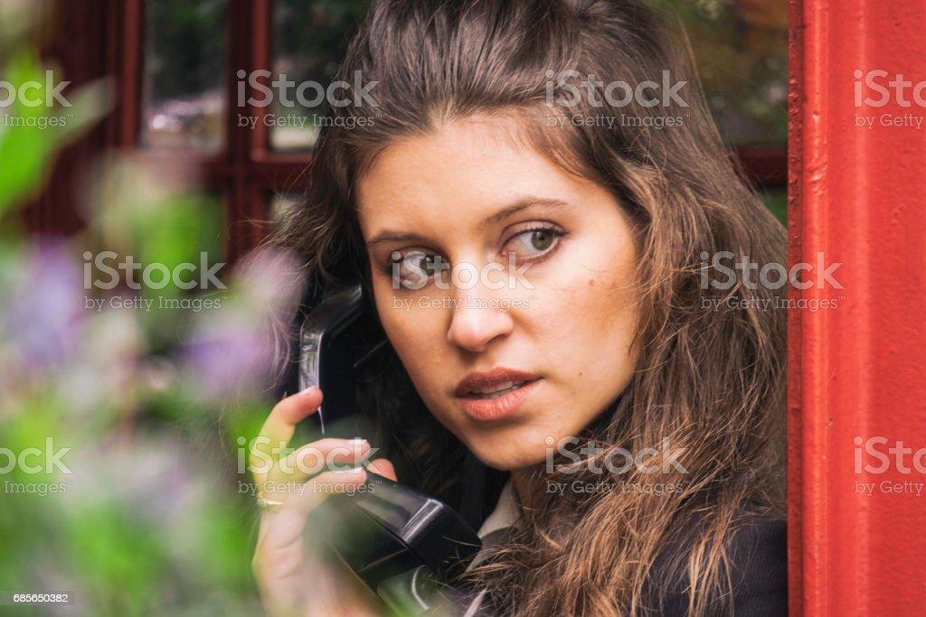 Schöne Mädchen In einer Telefonzelle London Lizenzfreies stock-foto