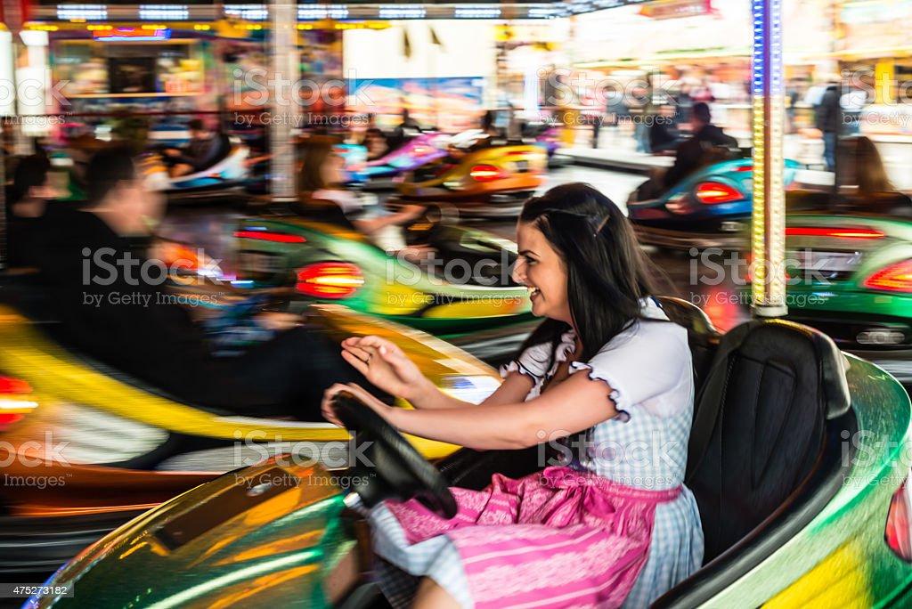 Schöne Mädchen in einem elektrisierenden Autoscooter in amusement park – Foto