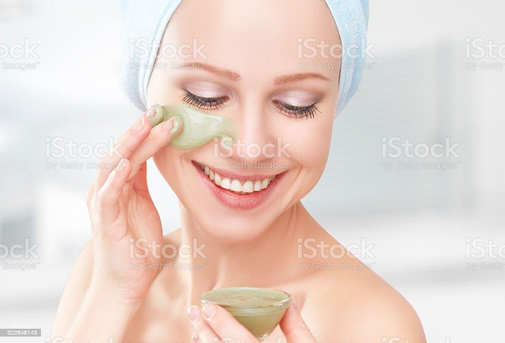 Schönes Mädchen Im Badezimmer Und Einer Maske Für Gesicht Hautpflege ...