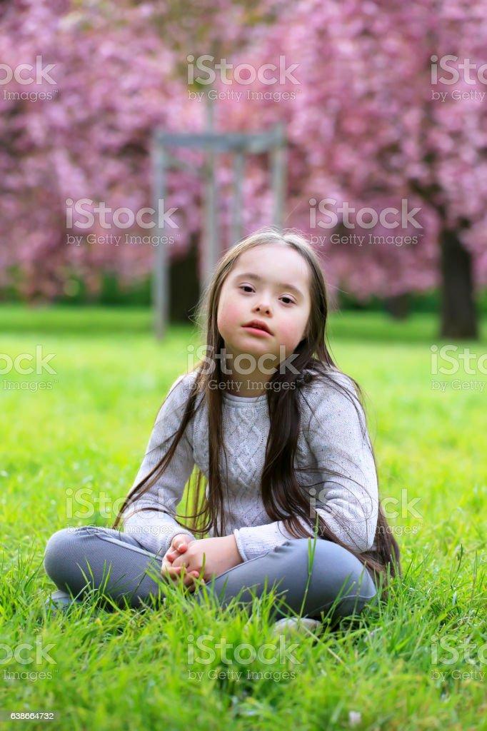 Beautiful girl in blossom park - foto stock