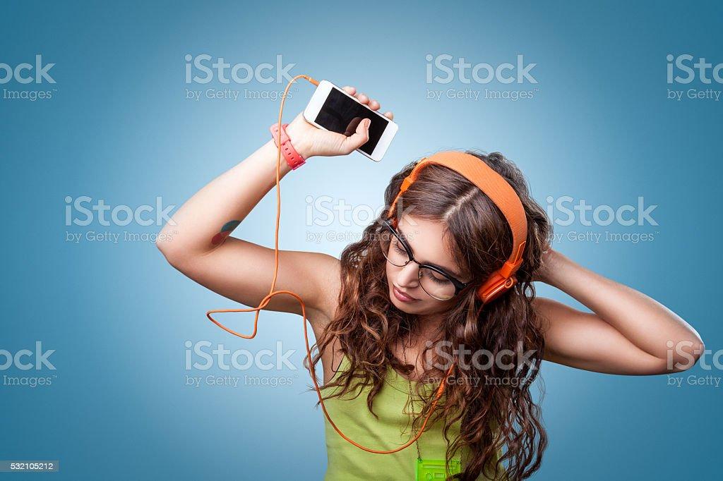 Bella ragazza in cuffie ascolta la musica e balli - foto stock