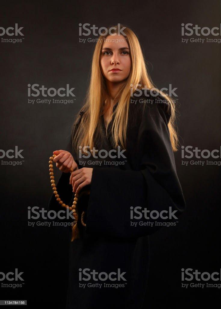 Menina bonita em vestes monástica medievais - foto de acervo